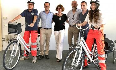 Soccorso in bicicletta sulla pista ciclabile del parco fluviale del Bisenzio