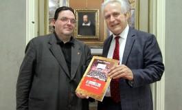 Il libro 'I 60 Zecchini d'Oro della Toscana' donato dal Presidente Giani alle biblioteche comunali di Firenze