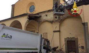 Camion di Alia  distrugge il porticato della chiesa di S.Miniato a Carmignano