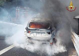 Prende fuoco una Bmw sulla A11. Auto completamente distrutta