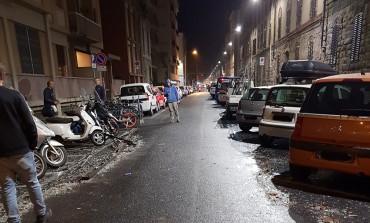 Maltempo, danni in città. Cade un lucernario in via della Cernaia. Un albero distrugge un'auto