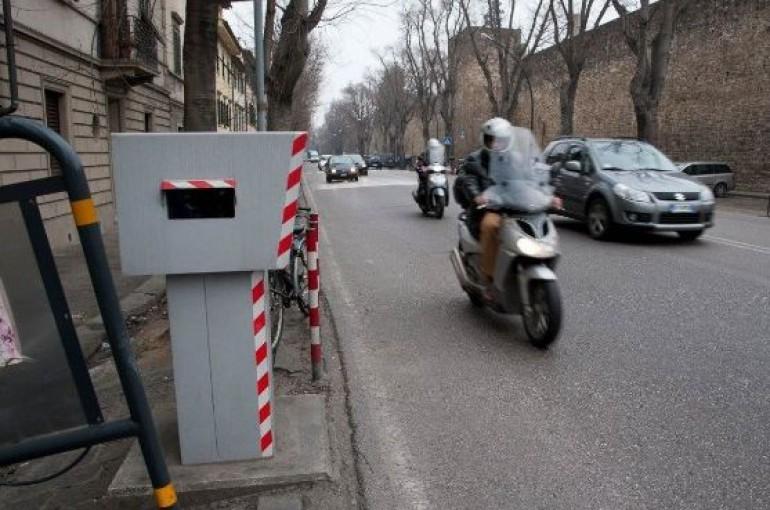 Il tribunale annulla multa autovelox senza pattuglia per assenza di banchina
