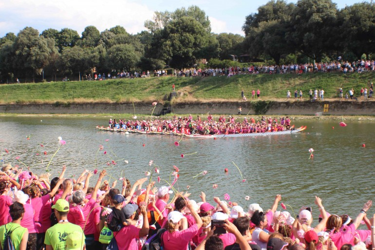 3000 fiori in Arno per la cerimonia di chiusura del Dragon Boat Festival