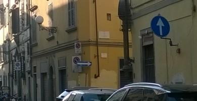 L'avventura di due cartelli uno contro l'altro all'ingresso di via San Zanobi. Rischio incidenti