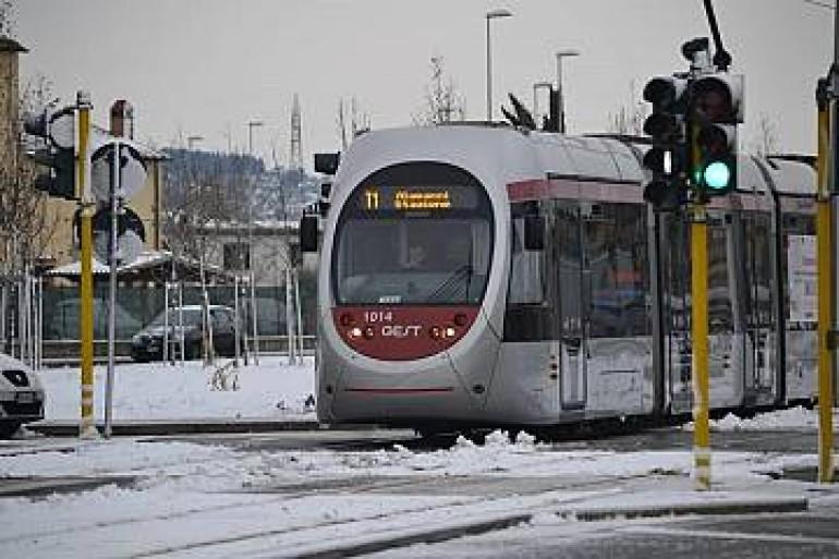 Il vecchio treno suburbano che Nardella chiama tramvia bloccato da due fiocchi di neve